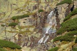 Skok je asi třiceti metrový, turisticky přístupný vodopád v Mlynické dolině na potoku Mlynica.